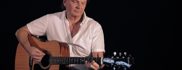 Anders Schager spelar gitarr